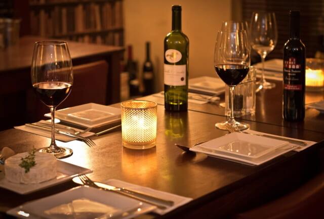 お金に余裕がないと楽しめない高級レストランのテーブルに並んだワイン