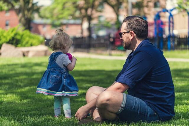 小さな女の子と一緒に遊ぶ面倒見が良いアラフォー男性