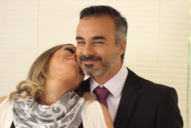 恋人を抱きしめながら微笑む包容力がありそうな男性