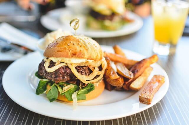 健康面が心配になるハンバーガーとフレンチフライのランチ