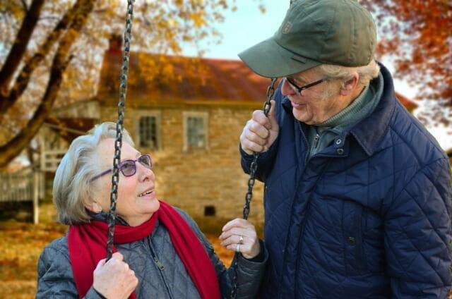 年をとりつつも元気に微笑む合う仲の良さそうな両親