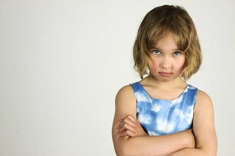 腕を組み不満そうな顔で前を見る女の子