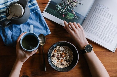 ルーティンになっている雑誌を見ながら食べるシリアルとコーヒーの朝ご飯