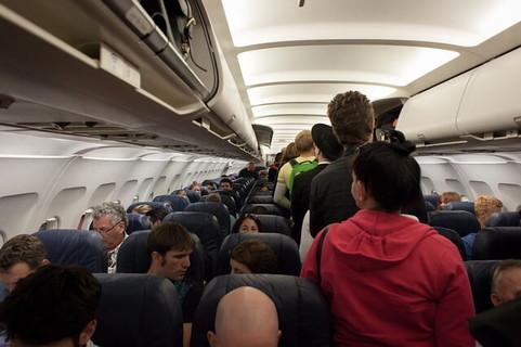 次々と飛行機に乗り込む乗客たち