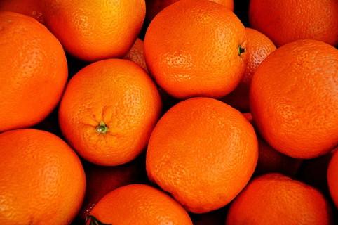 鮮やかな色のおいしそうなオレンジ