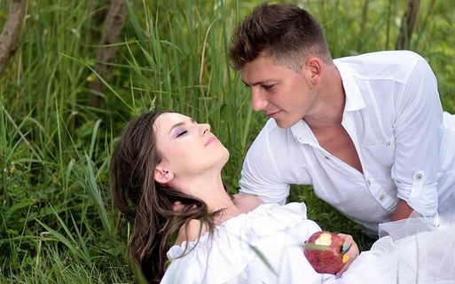 毒りんごを食べて倒れた女性を介抱するハンサムな男性