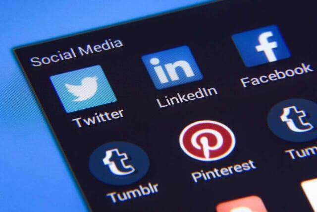 スマートフォンの画面に並ぶソーシャルメディアのアイコンたち