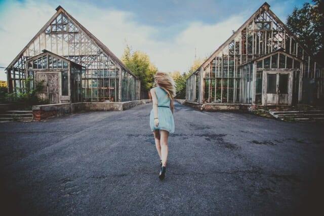 先の見えない道をひとりで勢いよく進む女性