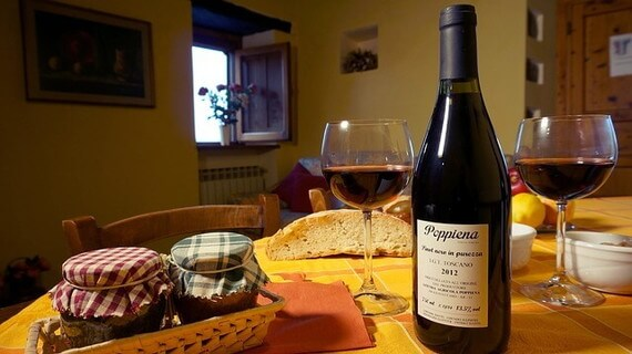 家のキッチンで楽しむ赤ワインとパンとジャム