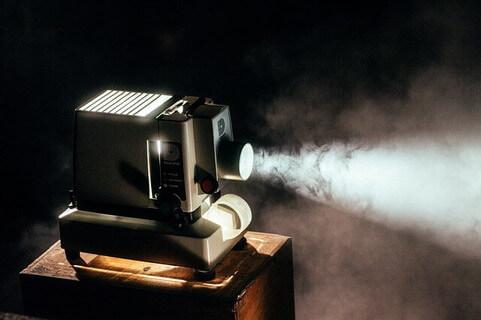 暗闇の中でうごく小さなプロジェクター