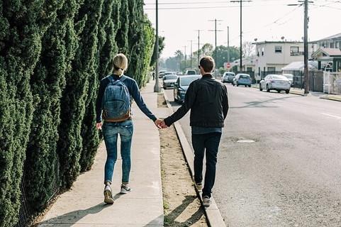 手をつないで街中をデートするカップル