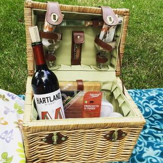 ワインやワイングラスが収納されたオシャレなピクニックバスケット