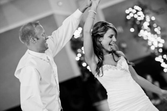 男性に手を取られ明るく楽しそうにダンスをする笑顔の女性