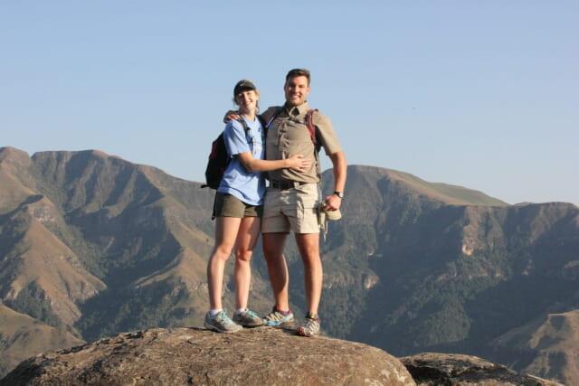 山の頂上で記念撮影をするハイキングが趣味のカップル