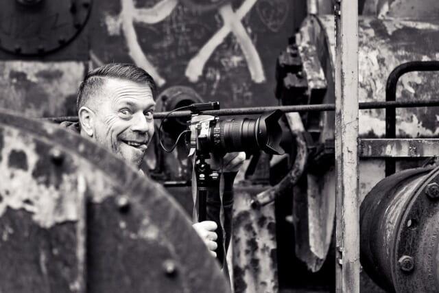 舌を出しておどけた顔を見せるおちゃめなカメラマン