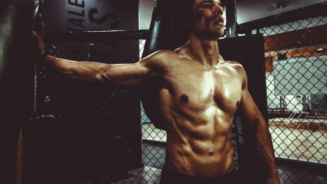 適度に鍛えられた美しい肉体を見せつける男らしい男性