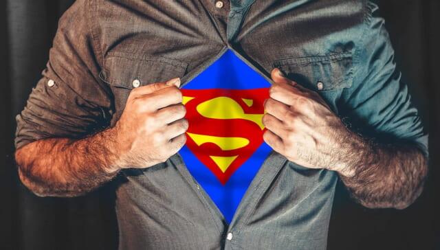 シャツを脱げば頼れるスーパーマンに変身できるたくましい腕の男性