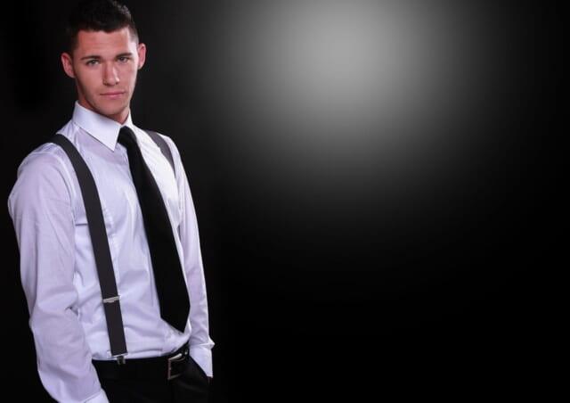 しっかりとアイロンがかけらた白いシャツとスラックス姿の清潔感あふれる男性