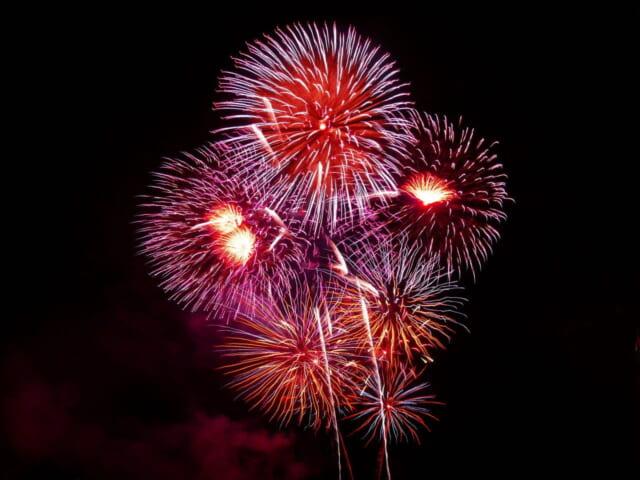 夏の夜空を非日常的に彩る大きな打ち上げ花火