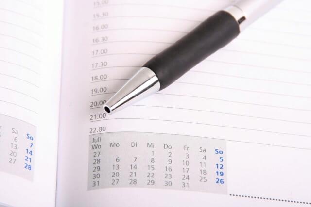 30分刻みでスケジュールが書き込める手帳とボールペン