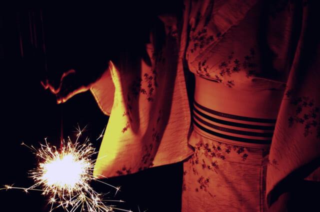 恋人と一緒に手持ち花火を楽しむ浴衣女子