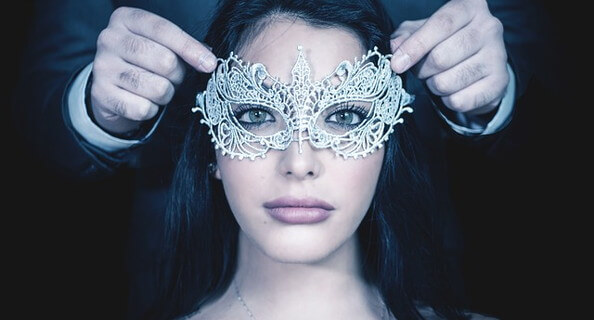 ヴェネチアン風の白いアイマスクをつけ素顔がハッキリと見えない女性