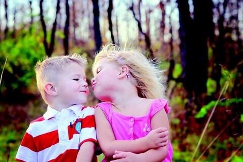 今にもキスをしそうなくらい顔を近づける小さな男の子と女の子