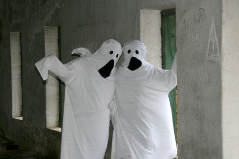 お化けのコスチュームを着てポーズを決める2人組み