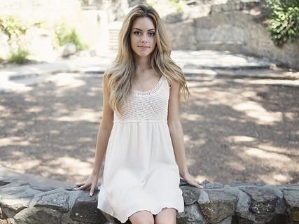 真っ白なワンピースに伸びた背筋美しい清潔感あふれる女性