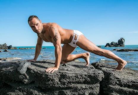 海の岩場で腕立て伏せをするセクシーな体が自慢のナルシスト