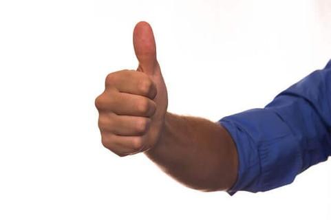 親指を立ててLikeサインを送る男性の手