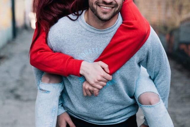 女性を背負って微笑む包容力のある男性