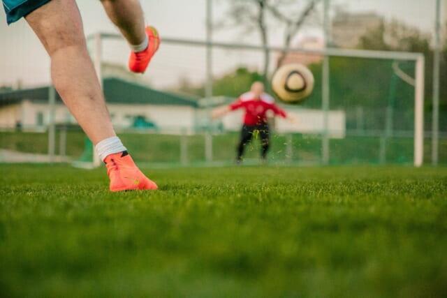 一直線にゴールに向かうサッカーボール