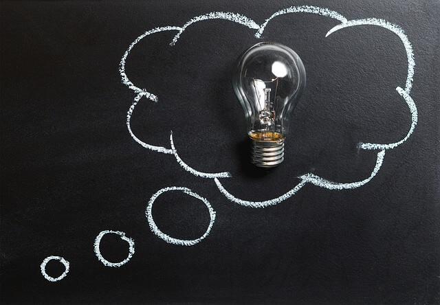 ピンとひらめいた時に思い浮かぶ黒板に白いチョークで描かれた吹き出しと電球