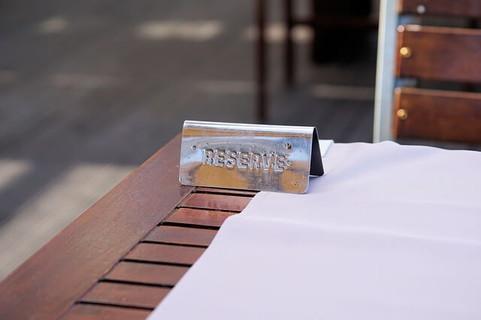 予約されたおしゃれなカフェのテラス席