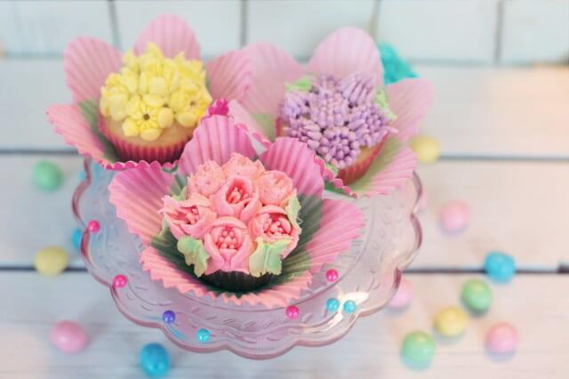 パステルカラーのクリームとお菓子で可愛くデコレーションされたインスタ映えするカップケーキ