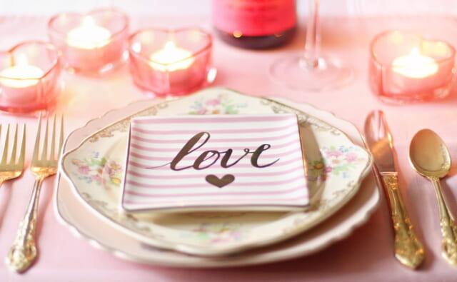 バレンタインらしくピンク色で統一されたテーブルセットとLOVEと書かれたお皿