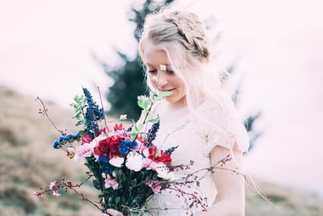 カラフルな花束を嬉しそうに眺める白いワンピースの女の子