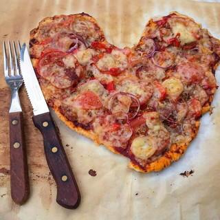 ナイフとフォークが添えられたハート型のピザ