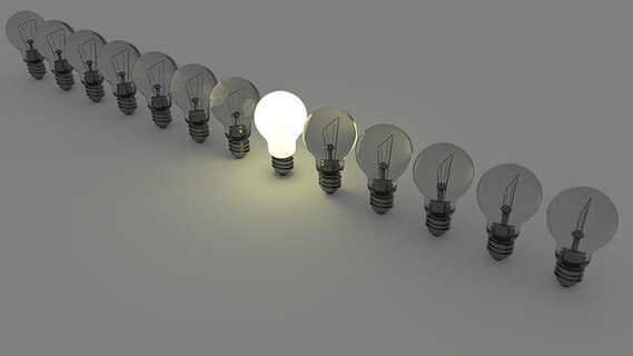 テーブルの上に並んだ暗い電球の中で、目立つひとつだけ灯りのついた電球