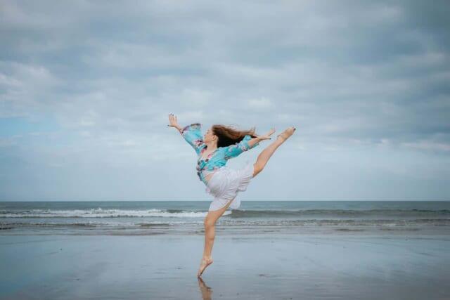 普段の姿からは想像できないほどしなやかにバレエを踊る女性