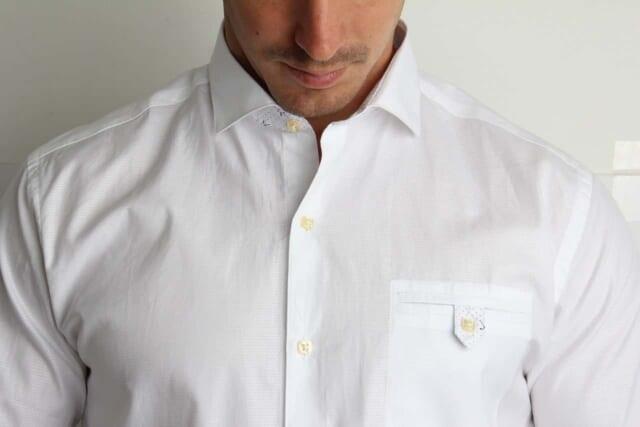 キレイにアイロンがかかったまっ白なシャツを着こなす清潔感で溢れる男性