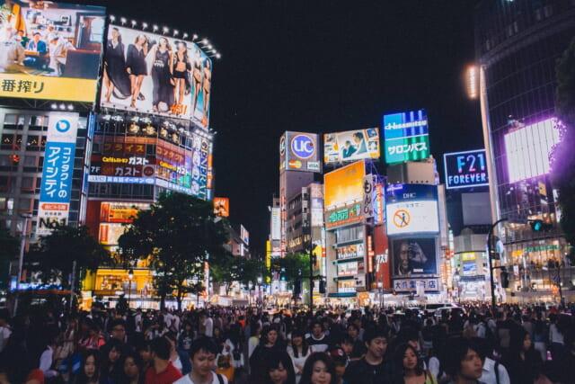現実とは思えないほどたくさんの人が行きかう渋谷スクランブル交差点