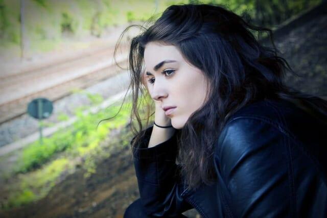 寂しそうに外を眺める失恋したばかりの女の子