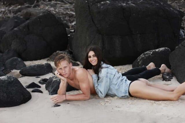 良い雰囲気になり、水着姿のまま波打ち際に寝転ぶカップル