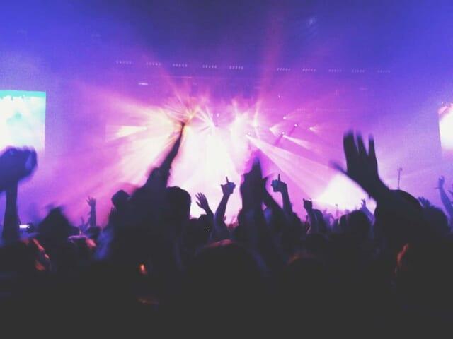 クラブのフロアでノリノリで踊る人たち