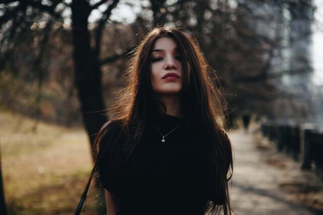 人のことを見下したような目で見る女の子