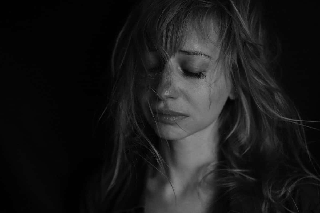 複雑な恋に悩み涙を流す女の子