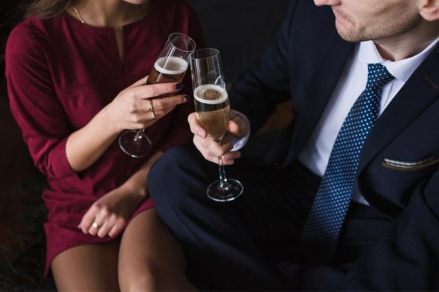 ハイスペック男子とシャンパングラスを交わす赤いドレスを着た女性