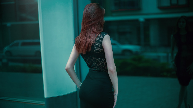 ショーウィンドウに映った自分の姿を眺めるハイスペック男子ウケしそうなスタイルがよく品格のある女性